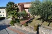 Villa su tre livelli, con giardino piantumato, box, terrazzi, e vista mare.