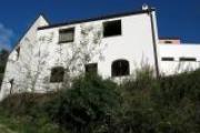 Villa su due livelli, con terrazzi e vista aperta.