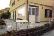 Appartamento termoautonomo al piano terra, con vista mare, terrazzo, giardino, e posto auto.